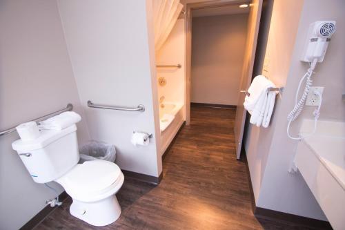 A bathroom at Hotel Dewey