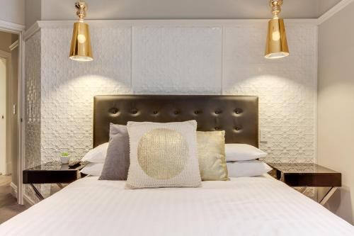 A bed or beds in a room at Family Retreat In Top Blue Mountains Location