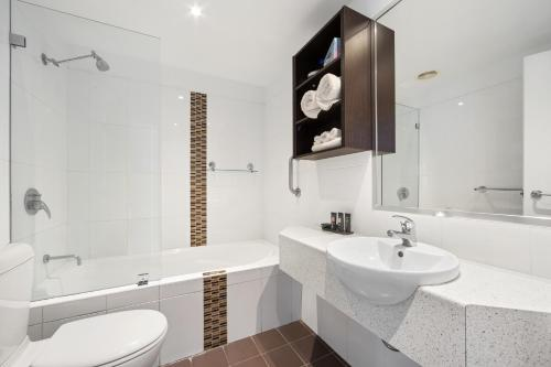 A bathroom at Mantra Quayside Port Macquarie