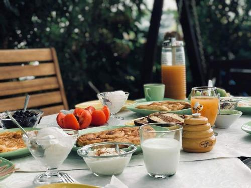 Breakfast options available to guests at Guesthouse Iris