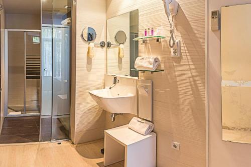 A bathroom at Hostemplo Sagrada Familia