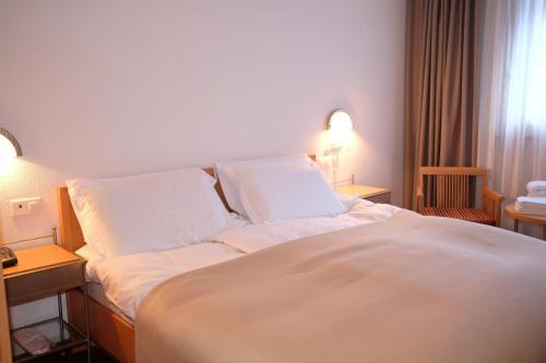 Ein Bett oder Betten in einem Zimmer der Unterkunft Hotel Restaurant Rothorn