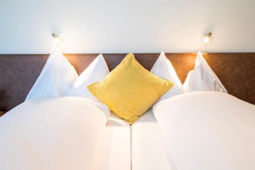Ein Bett oder Betten in einem Zimmer der Unterkunft Hotel & Restaurant Sonne