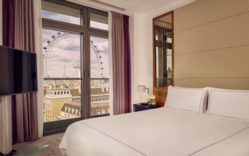 سرير أو أسرّة في غرفة في بارك بلازا كاونتي هول لندن