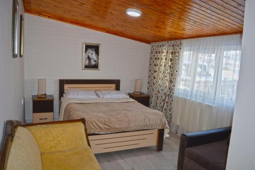 A bed or beds in a room at Manoni's Guesthouse