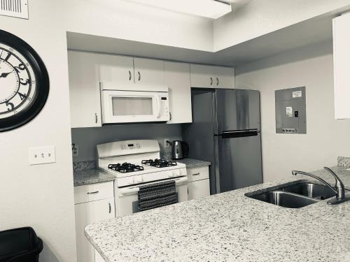 A kitchen or kitchenette at Townhouse in Orlando - near Disney