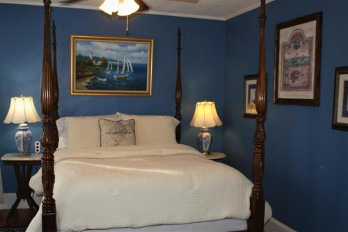 A bed or beds in a room at Saltair Inn Waterfront B&B
