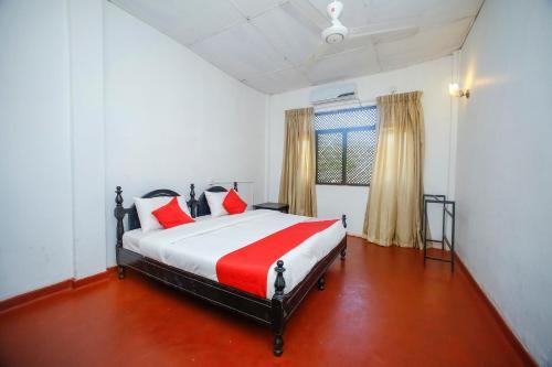Кровать или кровати в номере Nilaveli Corridor Hotel