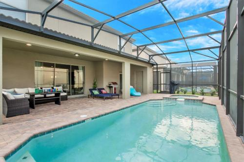The swimming pool at or close to 8 Bedroom, 6 Bathroom Upscale Villa Near All The Fun in Kissimmee