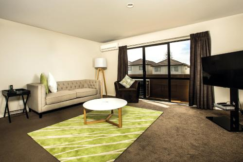 A seating area at Greenlane Suites