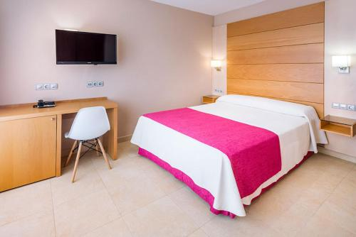 A bed or beds in a room at Mediterraneo Bay Hotel & Resort