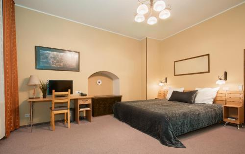 A bed or beds in a room at Angel Town Hall Apartments