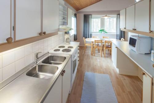 Ett kök eller pentry på Holiday Club Punkaharju Cottages