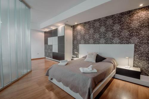 A bed or beds in a room at Beautiful Apartments in Downtown Ushuaia