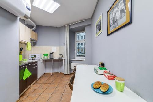 A kitchen or kitchenette at CHEERS Rooms Arbat