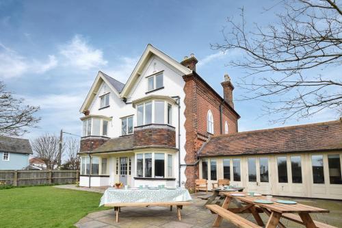 Aldeburgh Villa Sleeps 14 with WiFi