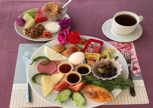 Завтрак для гостей Moni Hotel
