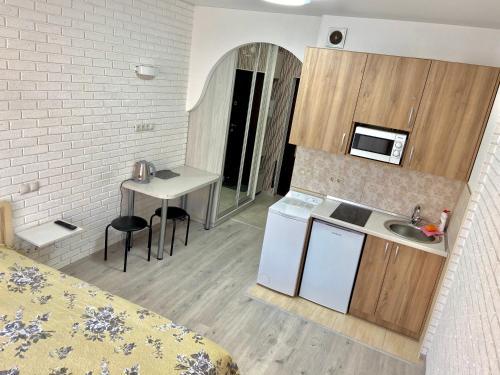 A kitchen or kitchenette at Kvartira-studiia v ZhK Komfort Taun