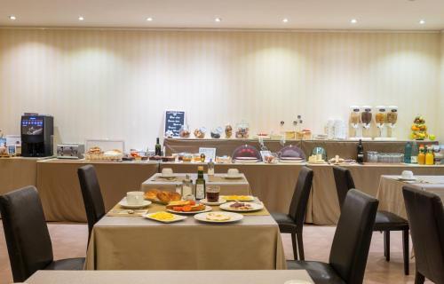 Een restaurant of ander eetgelegenheid bij Hotel Andria