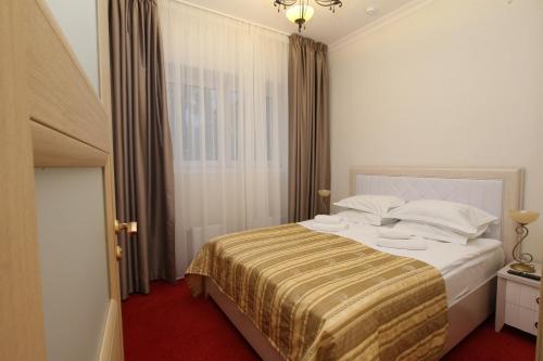 Кровать или кровати в номере Универсал