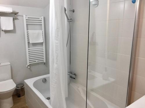 A bathroom at Hotel Camp del Serrat