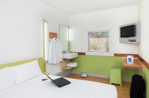 A television and/or entertainment center at ibis Budget - Melbourne Airport