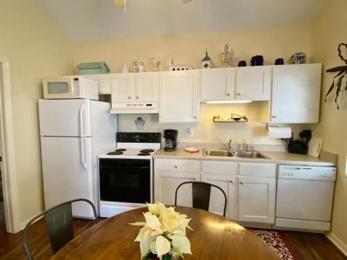 A kitchen or kitchenette at Comal Inn