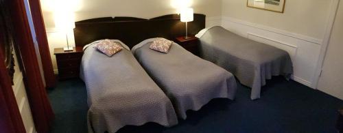 En eller flere senge i et værelse på Hotel Frederiksværk