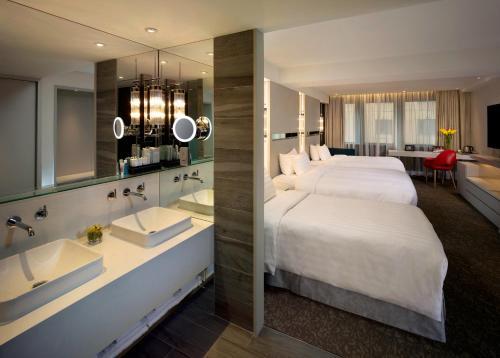 Een badkamer bij Nathan Hotel