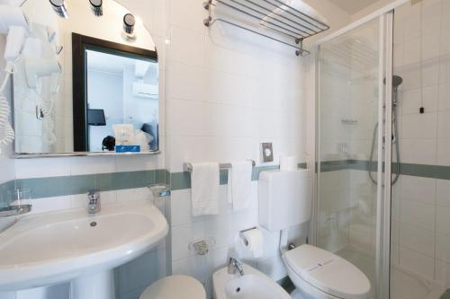 A bathroom at Hotel Tirreno