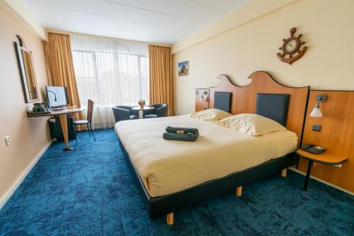 A bed or beds in a room at Badhotel Scheveningen