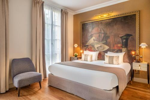 A bed or beds in a room at Hôtel Le Walt