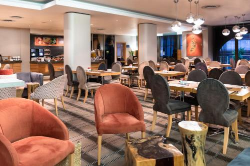 A restaurant or other place to eat at Holiday Inn Express Cape Town City Centre