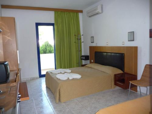 A bed or beds in a room at Irinoula Apartments