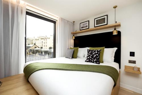 A bed or beds in a room at Wilde Aparthotels by Staycity Edinburgh Grassmarket