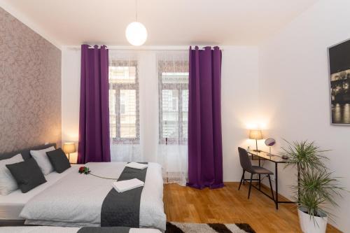Een bed of bedden in een kamer bij Luxury Apartment In The Center of Prague