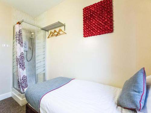 A bed or beds in a room at Lost Guest House Aberdeen