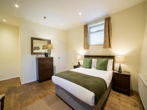 A bed or beds in a room at OYO The Nelson Country House