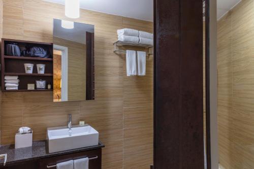 A bathroom at Empire Hotel
