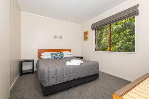 A bed or beds in a room at Blue Lake TOP 10 Holiday Park