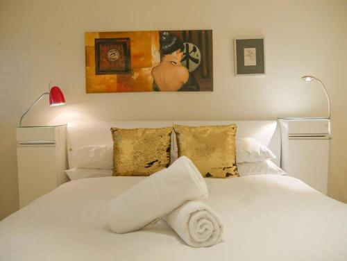A bed or beds in a room at 5 Star in Prime Double Bay Location with Balcony