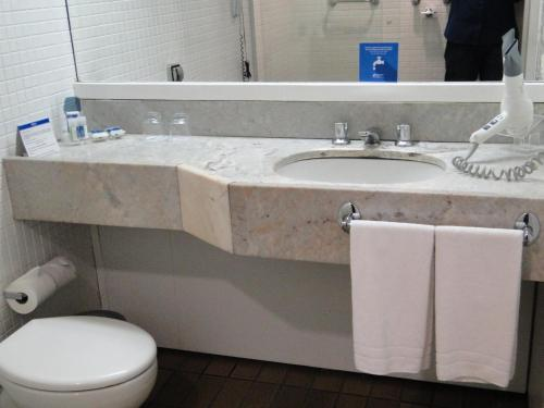 A bathroom at Blue Tree Towers Rio Poty