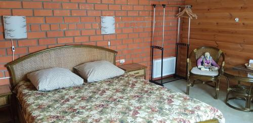 A bed or beds in a room at Pavlovskoe Podvorye Guest House with Russian Steam Bath