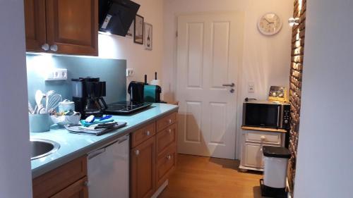 A kitchen or kitchenette at Unterkunft KIKI