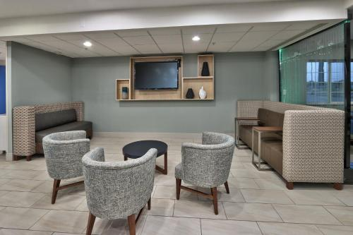 The lobby or reception area at Holiday Inn Express Santa Rosa