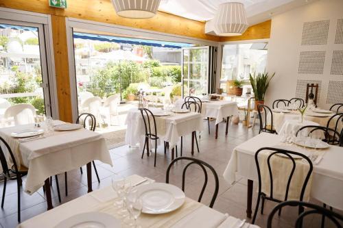 Restaurant ou autre lieu de restauration dans l'établissement Logis Hôtel L'Auzeraie