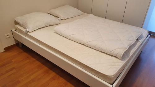 Een bed of bedden in een kamer bij Golden Trust Apartments