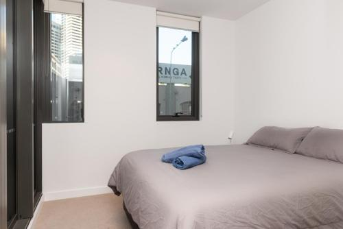 A bed or beds in a room at Modern Apartment in Darling Harbour