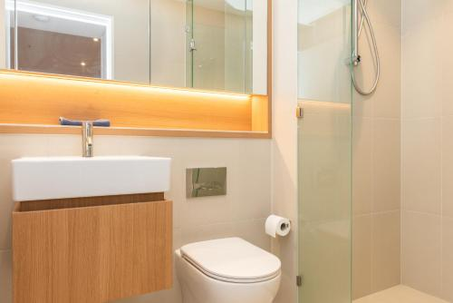 A bathroom at Modern Apartment in Darling Harbour