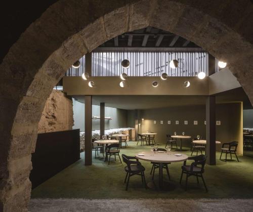 Un restaurante o sitio para comer en Caro Hotel